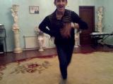 парень красиво танцует лизгинку